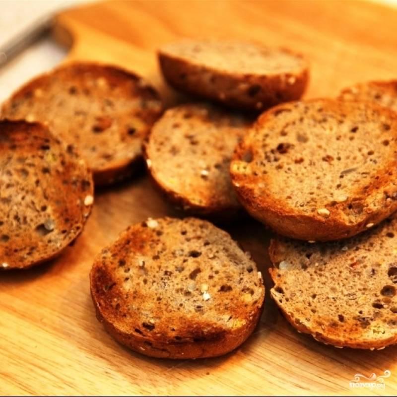 Хлеб подсушиваем на сковороде или в тостере.