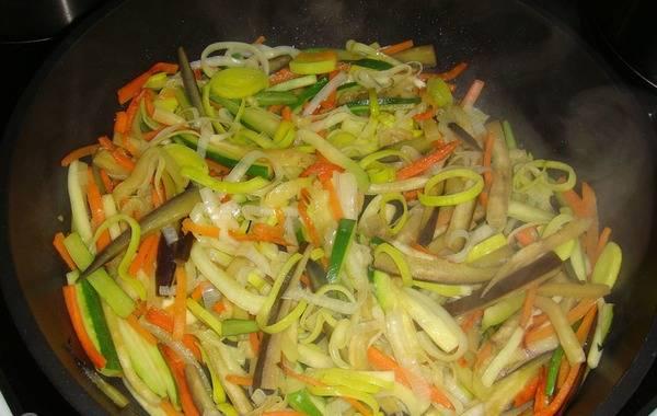2. Отправляем их на сковороду поочередно: сразу баклажан, затем кабачок, затем болгарский перец и в конце лук. Жарим и постоянно помешиваем.
