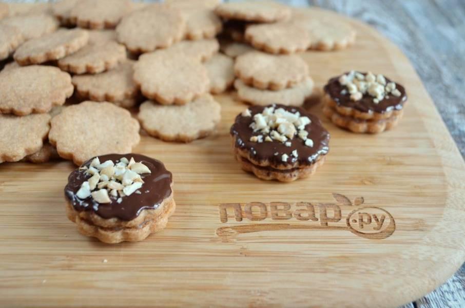 10. Верхушку печенья смажьте шоколадом и украсьте арахисом.