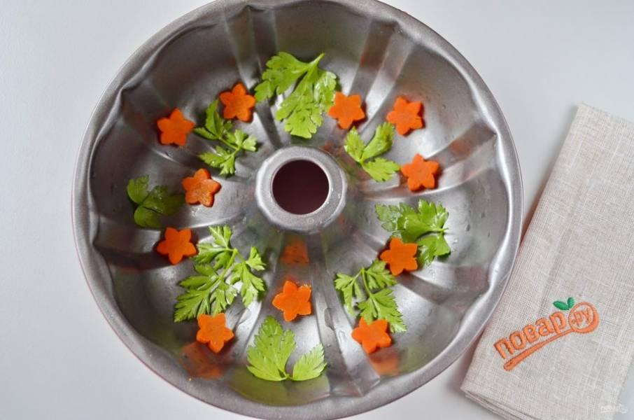 На дно формы положите зелень, морковь.