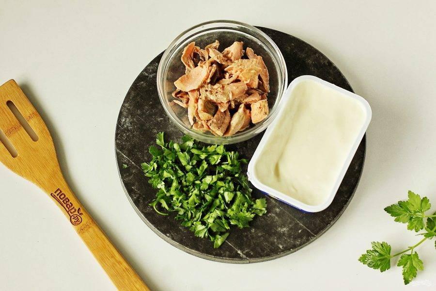 В самом конце добавьте плавленый сыр, рыбу и рубленую свежую зелень. Дайте супу покипеть пару минут, затем накрыв крышкой снимите с огня и дайте настояться еще 10-15 минут.