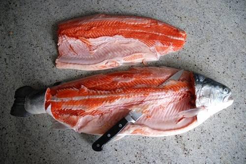 1. Рыбу разделаем, если необходимо - удаляем кости и все лишнее, нарезаем кусочками.