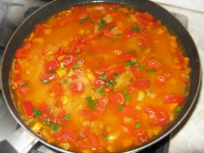 Промойте рис и добавьте к овощам. Теперь заливаем все бульоном или водой и варим минут 25-30 на слабом огне. Основной секрет паэльи как раз в том, что рис варится на сковороде, а не как обычно.