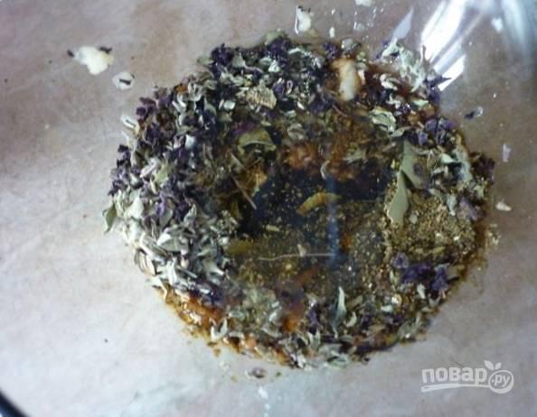 1.В миску добавьте измельченный чеснок, лавровый лист, хмели-сунели, тимьян, влейте соевый соус и подсолнечное масло, перемешайте.