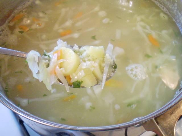 9. Добавляем зелень, провариваем еще 2 минуты и выключаем суп. Диетические щи из свежей капустой готовы. Подать можно со вчерашним хлебом или белыми сухариками. Приятного!