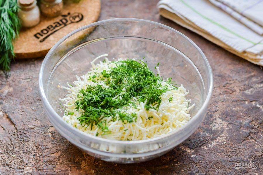 Укроп ополосните и просушите, нарежьте мелко и добавьте в миску к сыру.