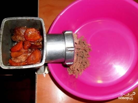 Термически обработанную, остывшую печень прокрутите через мясорубку два раза.