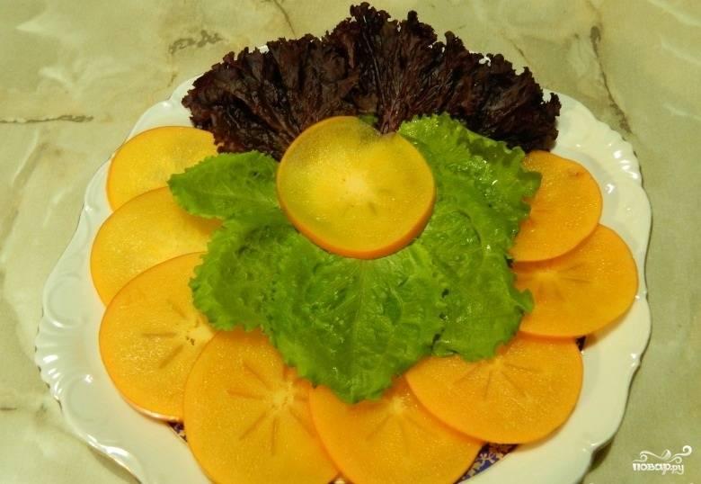 4.Листья салата тщательно промываем, высушиваем бумажным полотенцем, часть из них укладываем на тарелку.