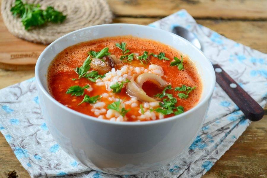 Подавайте томатный суп с готовым рисом и парой кусочков копченого рыбного филе. Кушайте с удовольствием!