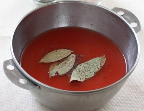 6. В горячей воде растворить томатный соус (можно измельченные помидоры без кожицы), немного соли и перца. При желании можно добавить сушеный чеснок или другие специи. Разлить по горшочкам, снова оставляя незаполненным около 1.5 сантиметров. Отправить горшочки, предварительно закрыв их крышками, в разогретую духовку. Чечевица с мясом в горшочке в домашних условиях готовится от 30 до 75 минут, в зависимости от сорта чечевицы и вида мяса. Готовое блюдо при желании можно присыпать свежей зеленью.