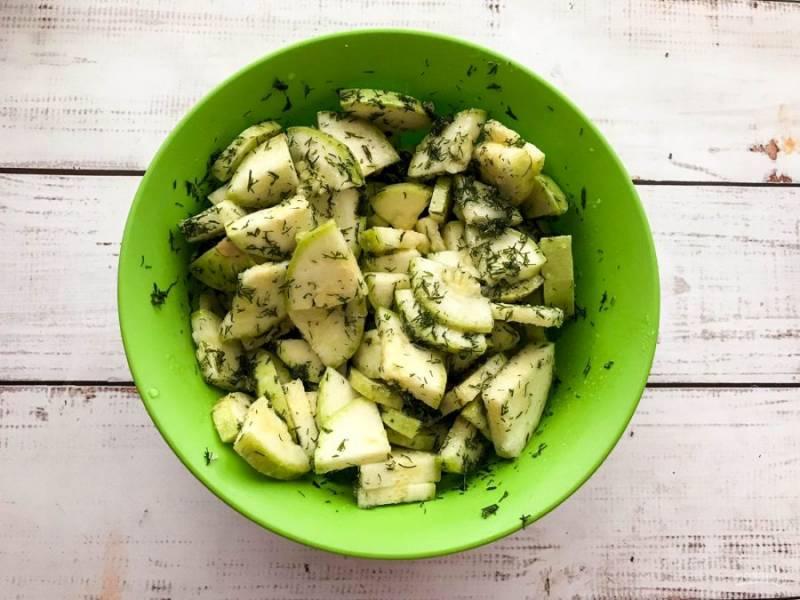 Все ингредиенты хорошо перемешайте, плотно накройте и оставьте мариноваться кабачки в холодильнике на ночь.