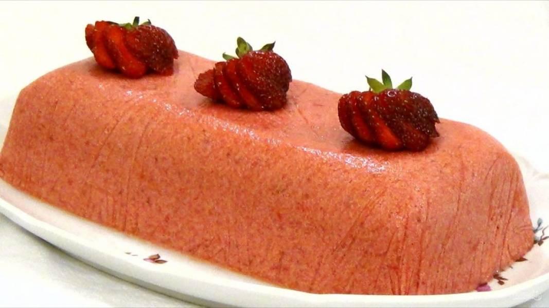 5. Накройте форму пищевой пленкой и отправьте в морозильник на четыре часа. Приятного аппетита!