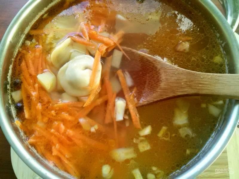 Поджарку добавьте после того, как пельмени всплывут. Варите суп еще 5-7 минут до готовности пельменей.
