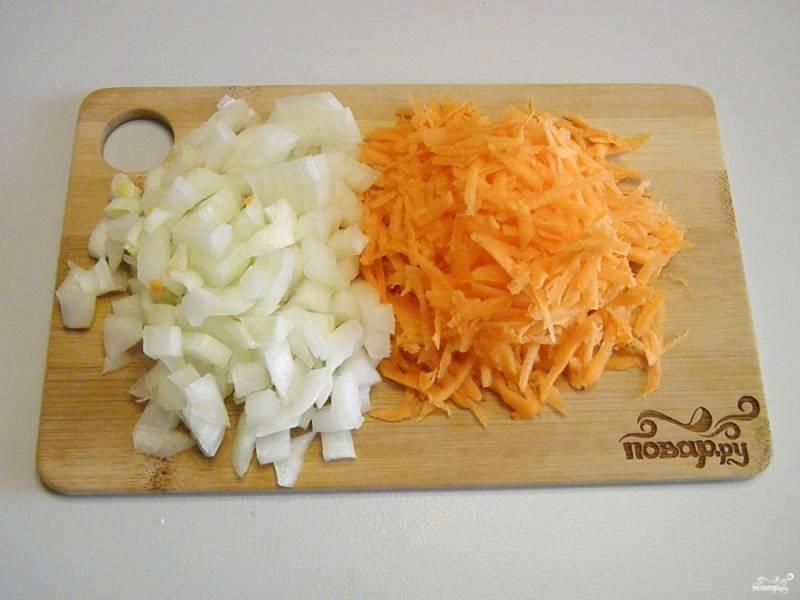Очистите овощи. Порежьте лук не крупно, морковь натрите на крупной терке.