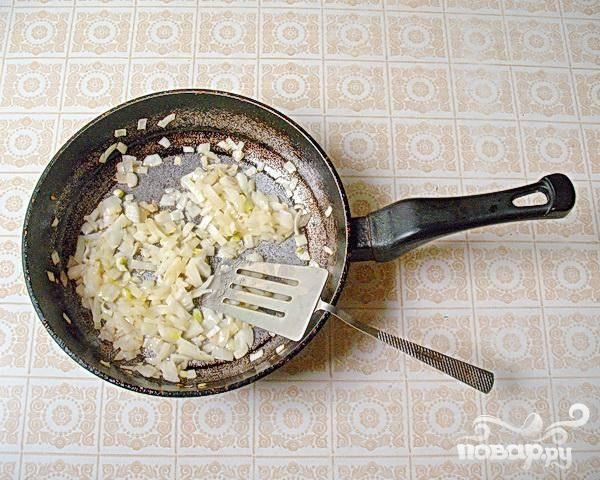2.Пока доваривается фасоль, готовим поджарку. Для этого нарезаем кубиками лук и поджариваем его в растительном  масле. Поджаривать можно по-разному: можно чтобы лук был подрумяненным, а можно только слегка поджаренный.