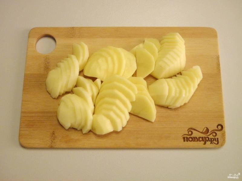 Очищенный картофель порежьте тонкими слайсами или соломкой. Не солите!