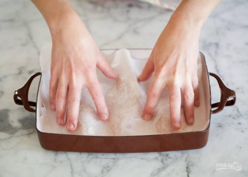 6.Отправьте форму в разогретый духовой шкаф и выпекайте около 25 минут, затем достаньте и проверьте на готовность, при необходимости отправьте в духовку еще на 7-10 минут.