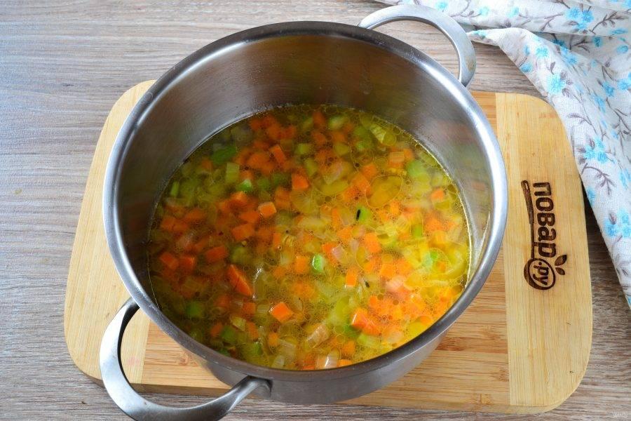 Затем добавьте дикий рис (у меня смесь дикого и пропаренного риса), залейте все бульоном, добавьте соль по вкусу. Накройте кастрюлю крышкой и готовьте на медленном огне 25-30 минут до мягкости риса и овощей.