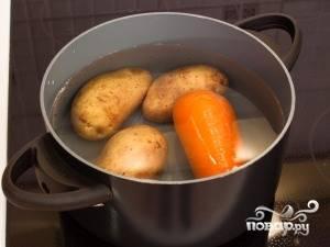 Картофель и морковь хорошо помойте и сварите. Потом очистите и остудите. Яйца сварите вкрутую.