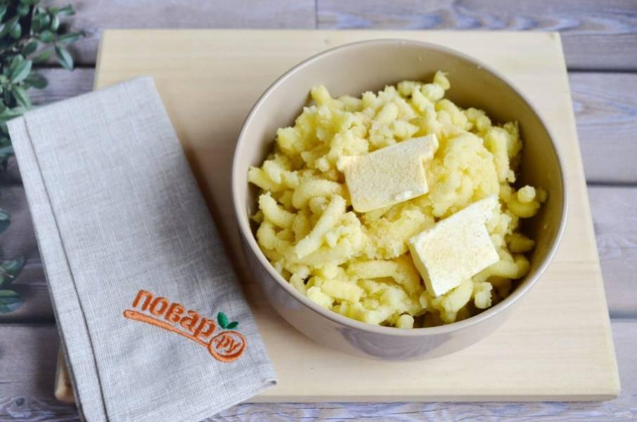 5. Разомните картофель толкушкой, положите сливочное масло (от теплого картофеля оно растает), соль, чеснок рубленный или чесночный порошок (у меня 1 ч. л. порошка), яйца, перемешайте все.