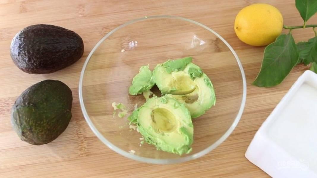 3. Тем временем сделайте соус. Пропустите через пресс чеснок. Добавьте мякоть авокадо.