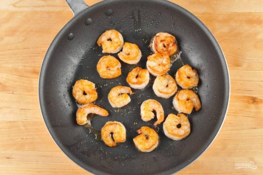 3. Тем временем замороженные креветки отварите в кипящей воде 2 минуты. Затем почистите их. А потом обжарьте в масле с одной стороны 2 минуты, а с другой ещё 1.