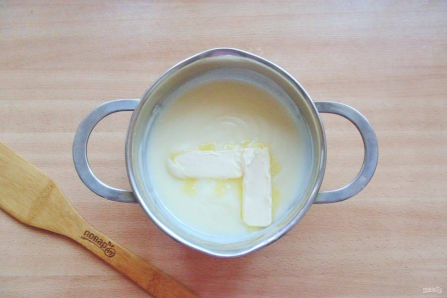 В горячий крем введите сливочное масло и хорошо перемешайте.