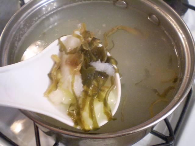 6. К полуготовому картофелю добавляем рыбу и капусту. Варим 10 минут.