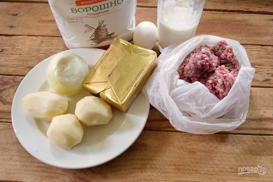 Для приготовления блюда возьмите мясо (фарш), муку, кефир, соль, сахар, яйцо, сливочное масло, лук репчатый, картофель, специи.