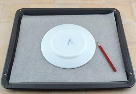 8. Выложите на противень бумагу для выпечки и сделайте заготовку для будущего коржа.