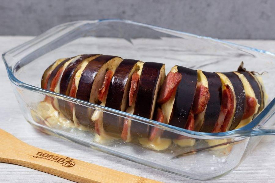 Готовый баклажан выложите на блюдо или досочку, присыпьте зеленью с чесночком и подавайте к столу.