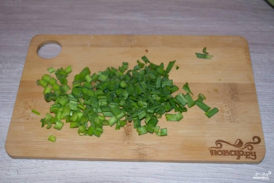 Измельчите зелень. Можно взять смесь разных травок. В летний период в такой салат можно добавить свежий салат, нарвав его на небольшие кусочки.