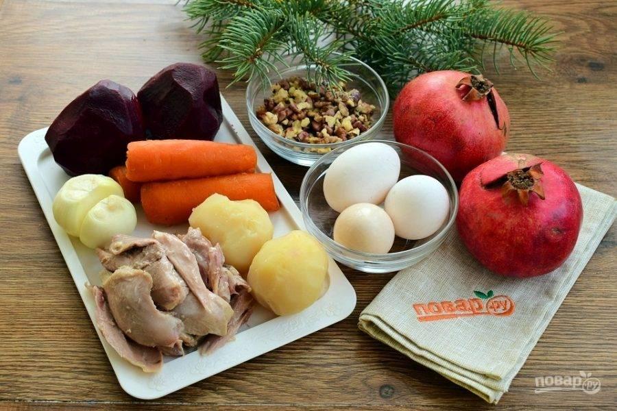 Подготовьте необходимые продукты. Заранее отварите овощи, куриное мясо  и яйца, остудите, очистите.