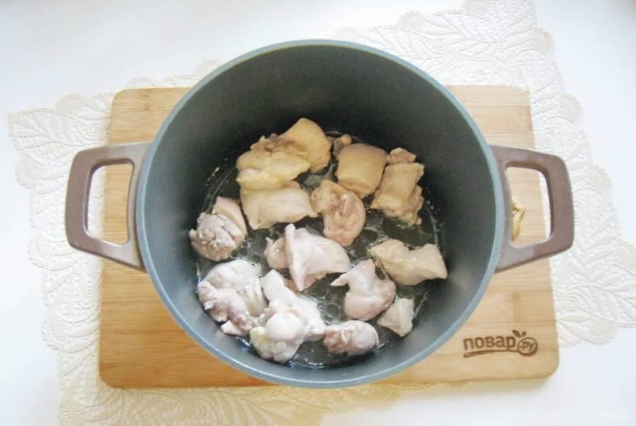 Налейте подсолнечное масло и обжарьте мясо, периодически перемешивая в течение 7-8 минут.