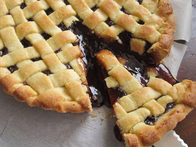 7. Запекайте пирог с вареньем в разогретой духовке в течение 20-25 минут. Готовый пирог остудите до комнатной температуры и подавайте. Приятного аппетита!