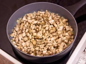 Мелко режем лук и грибы, обжариваем на растительном масле (до тех пор, пока не испарится жидкость).