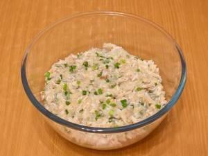 Мелко рубим зелень, хлеб тщательно разминаем или перекручиваем через мясорубку. Добавляем все это в рыбный фарш, солим и перчим. Хорошо размешиваем.