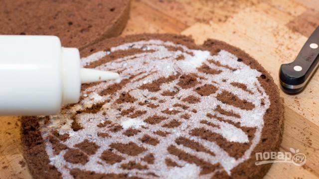 Готовому коржу нужно будет дать остыть, затем разрезать на 4 части и смазать каждый подслащенными взбитыми сливками.