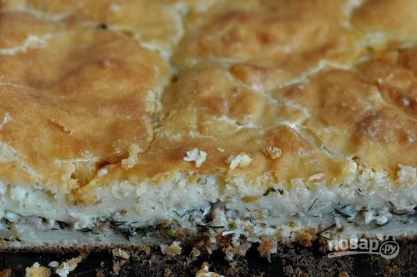 4. Вылейте вторую половину теста на начинку, разровняйте и отправьте в духовку. Запекайте пирог до румяности около 40-45 минут.