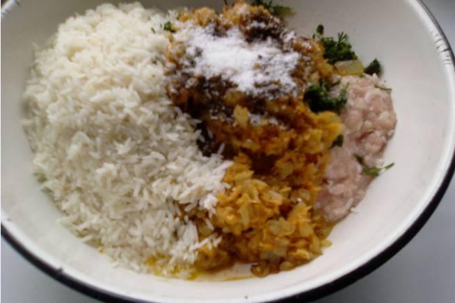 Обжариваем на сковородке морковку и лук. По готовности ссыпаем рис, морковь, лук, мясо в одну миску. Добавляем специи: чабрец, корицу, все прочее, солим и перемешиваем.