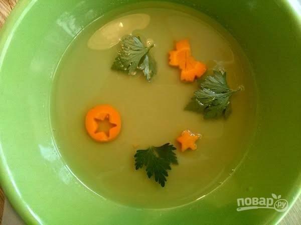 4.     В порционные формы разлить желе слоем в 0,5 см. Украсить нарезанной отварной морковью и зеленью. Остудить.