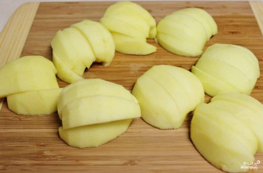 Разогрейте духовку до 350 градусов. Очистите яблоки, удалите сердцевину и нарежьте ломтиками, так, как это показано на фото.