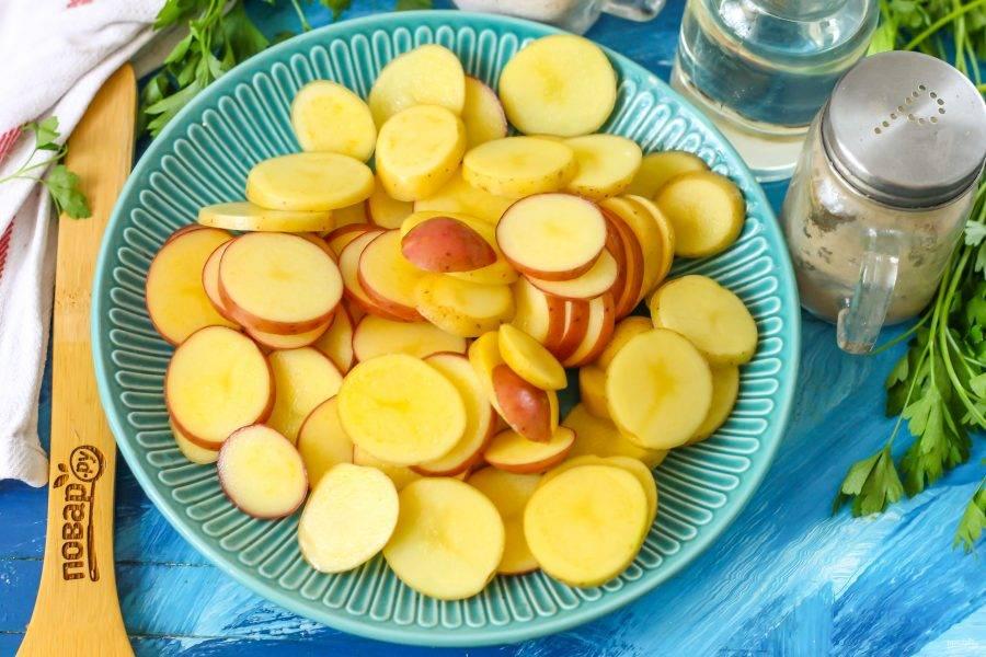 Тем временем промойте молодой картофель или очистите обычный от кожуры.  Нарежьте ломтиками или кружочками.