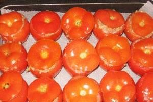 Начинку фаршируем в помидоры, помидоры ставим на противень. Противень ставим в духовку и запекаем при температуре 180 градусов полчаса. Через полчаса даем блюду остыть и подаем к столу, украсив зеленью и сбрызнув оливковым маслом.