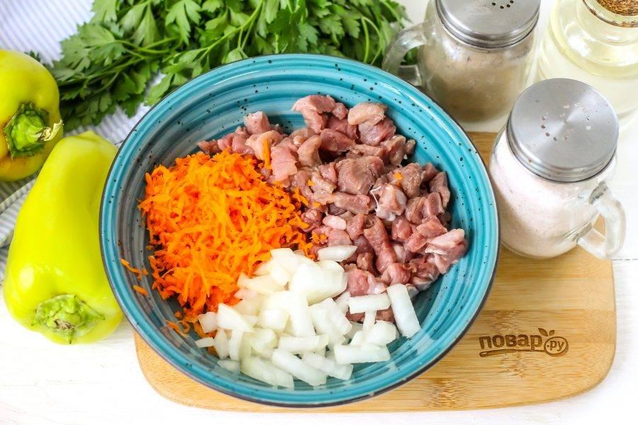 Мясо промойте в воде, срежьте с него пленки и нарежьте мелкими кубиками. Очистите овощи от кожуры, промойте. Натрите морковь на терке с мелкими ячейками, а лук нарежьте мелким кубиком.