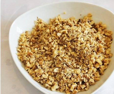2. Орехи измельчаем в крошку.