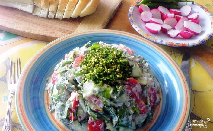 Заправьте салат йогуртом, хорошенько перемешайте. Придавите его сверху тарелкой, дайте настояться в холодильнике 10-25 минут. Подавайте салат, украсив его зеленью. Приятного аппетита!