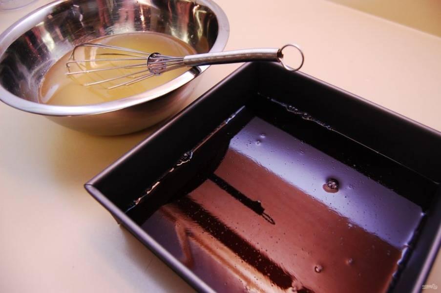 Сделайте виноградный слой. В горячей воде разведите желатин и желе по инструкции на упаковке. Потом растворите желатин на водяной бане. И соедините жидкость с ликёром. Влейте первый слой в прямоугольную форму. Уберите желе в холодильник на 1-2 часа.