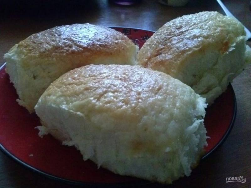 6. Вот такая пышная получается выпечка на сыворотке. В духовке булочки подойдут еще немного, поэтому учитывайте это при формировании заготовок.