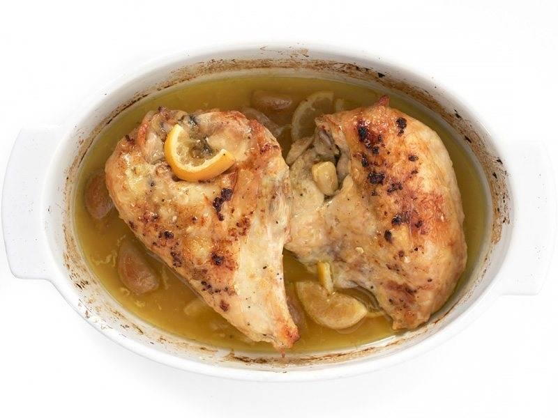 5.Запекайте еще около 20 минут, обязательно полейте курицу получившимися соками.